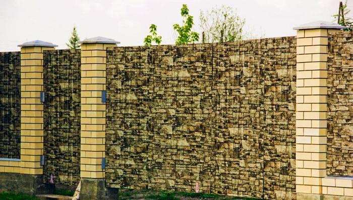 Современные производители выпускают профнастил с покрытием, имитирующим дерево или натуральный камень