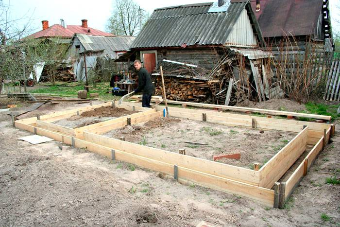 Возведение постройки начинается с фундамента и обустройства опалубки