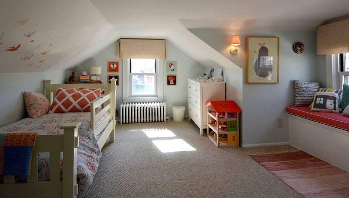 Напомним, что скошенные потолки могут вызывать дискомфортные ощущения у ребёнка. Следует максимально компенсировать этот фактор при помощи умелого использования цветов и материалов