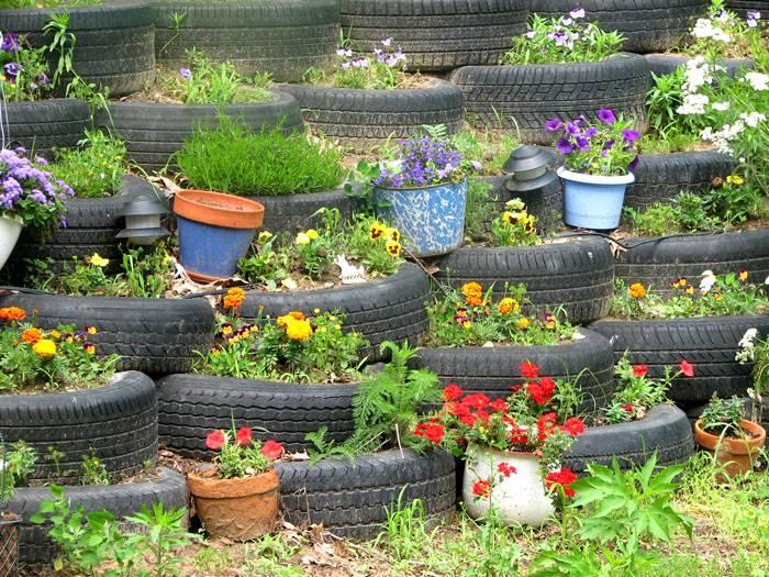 Чтобы скрепить шины используют болты или саморезы. Для устойчивости конструкции шины можно заполнить землёй и в промежутках высадить цветы