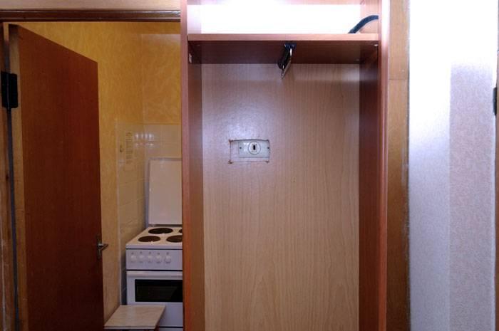 Разумеется, можно найти в этом случае оригинальный выход, к примеру вырезать отверстие в задней стенке шкафа, но будет ли это удобно