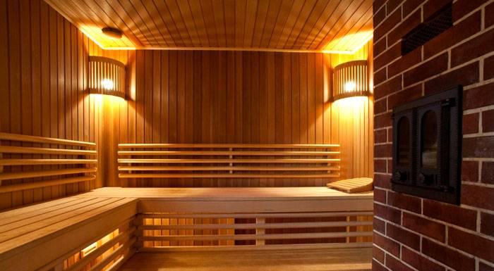 Внутренняя отделка из древесины и кирпича