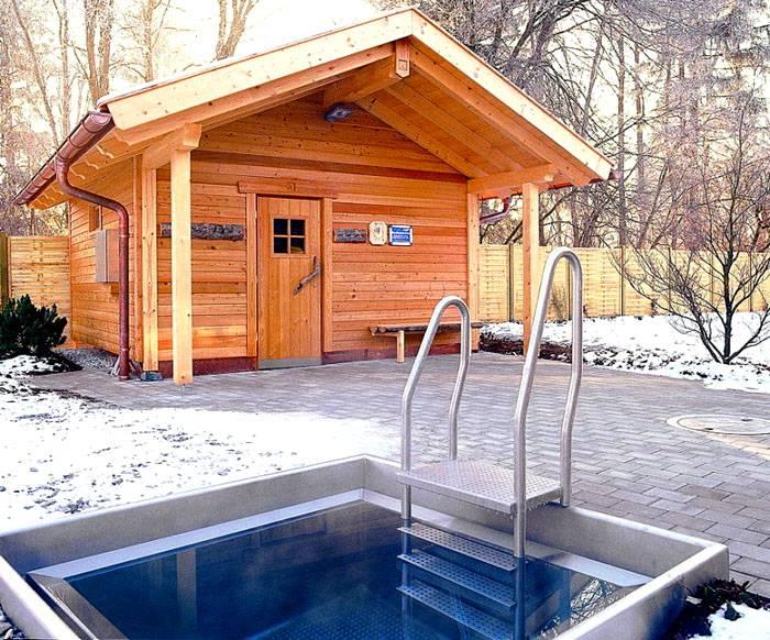 Бюджетная постройка с небольшим бассейном