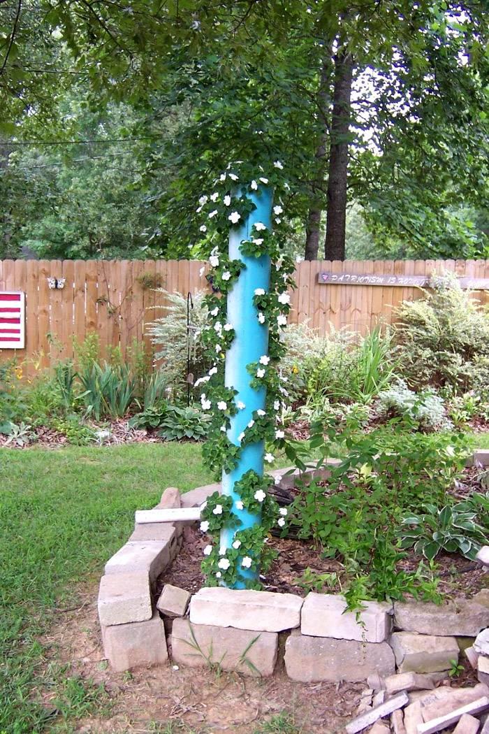 Посадка клубники в трубах вертикально может смотреться элементом декора
