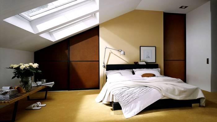 Одно из таких решений, к примеру, установка больших окон прямо в наклонной части крыши. Если разместить в таком помещении спальню, по ночам можно любоваться звёздным небом не вставая с постели