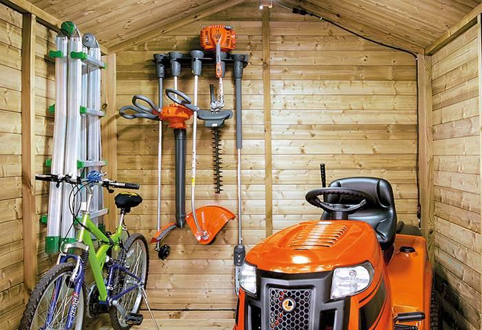 В зимнее время триммер и другую садовую технику нужно хранить в специально оборудованном месте