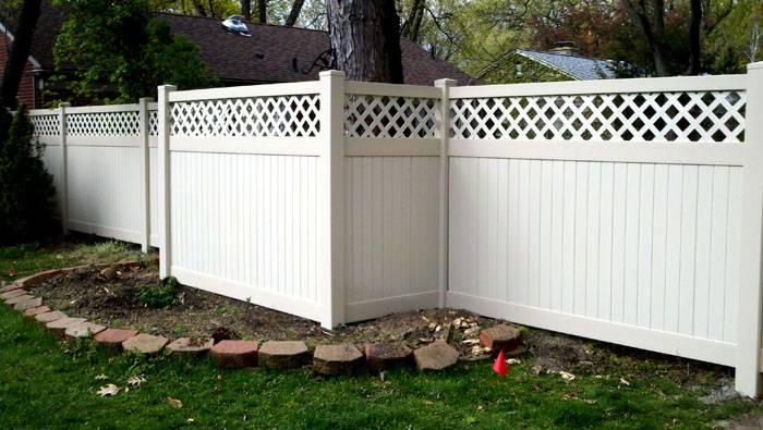 Секции ограды имеют декоративное оформление с обеих сторон