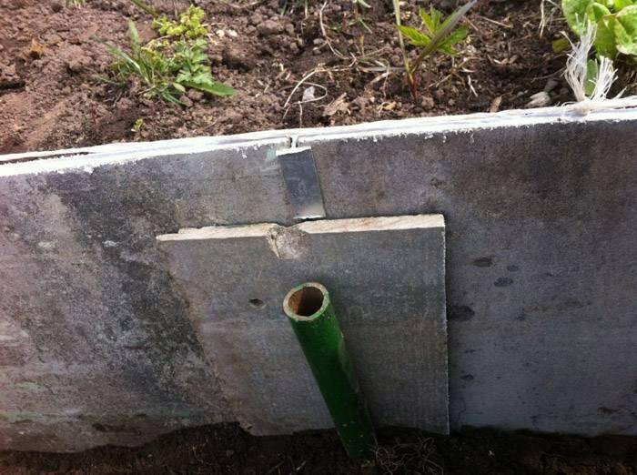По длине грядки можно сделать конструкцию крепче с помощью колышков