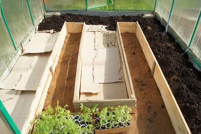 Заполнение землей конструкции с деревянными бордюрами