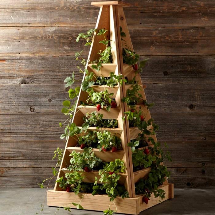 Грядка-пирамида станет не только удобным, но и внешне привлекательным решением