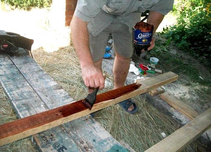 Чтобы защитить изделия из дерева, применяют специальные пропитки. Они предотвращают биологические поражения разной природы, препятствуют впитыванию влаги