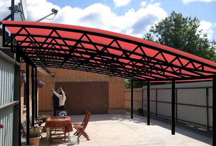 Расположение объекта между гаражом и домом создаст защищенное от непогоды пространство. При крупных размерах площадки – останется место для зоны отдыха