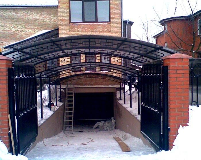 Такой навес над гаражом повышает безопасность передвижения в зимний период