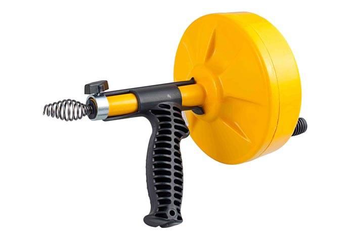Современная модель троса в пластиковом корпусе, с удобной рукояткой. Для вращения инструментов здесь используют электрический двигатель