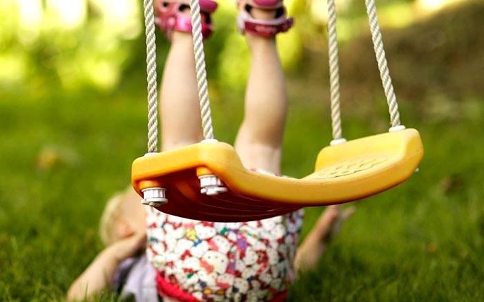 Пластмассовые подвесные детские качели для дачи
