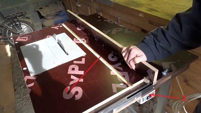 Направляющую для циркулярной пилы своими руками создают с ровной кромкой (1). Выключатель (2) устанавливают на большом расстоянии от вращающегося диска для упрощения отключения двигателя при возникновении аварийных ситуаций