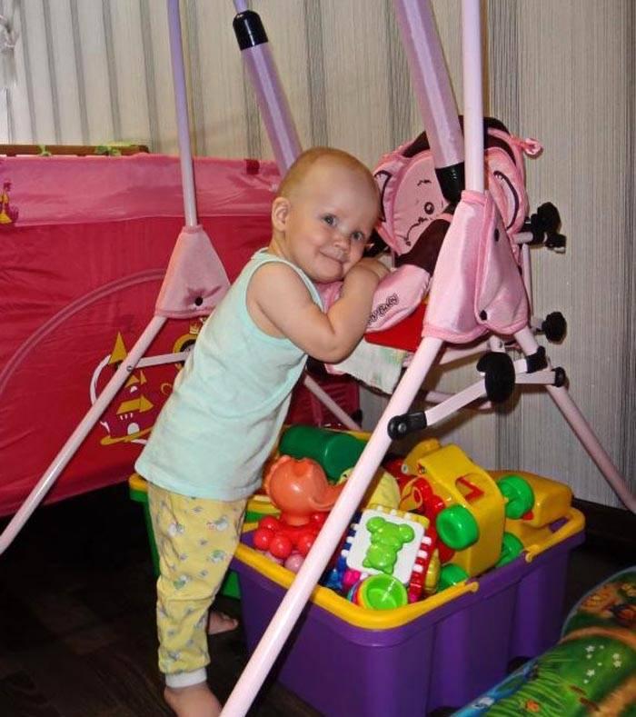 Компактные напольные домашние качели для малыша можно купить в магазине игрушек
