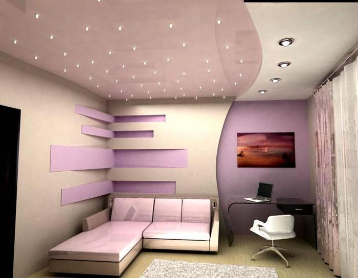 Красиво оформленный потолок из встроенных светильников точечного типа
