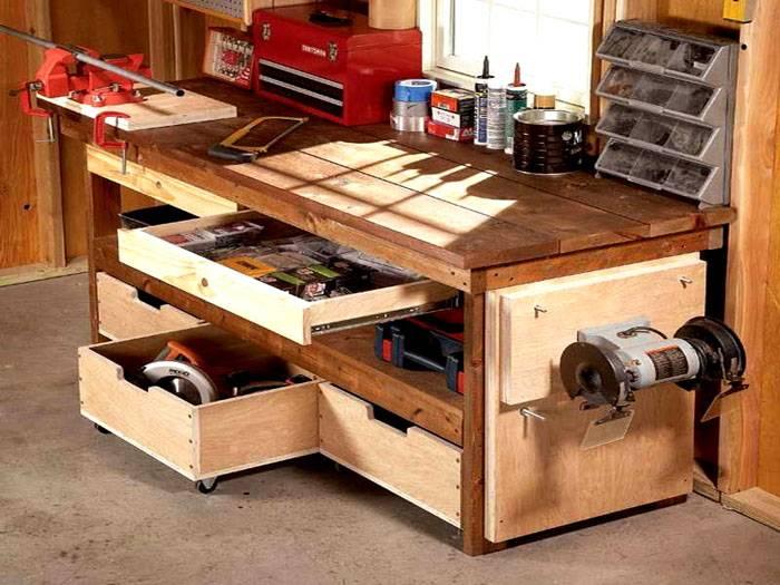 Эргономичный дизайн рабочего стола позволяет разместить максимальное количество предметов