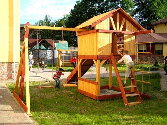 Качели с горкой, песочницей, домиком, гибкими лестницами. Такой комплекс можно использовать для организации различных игр и спортивных занятий