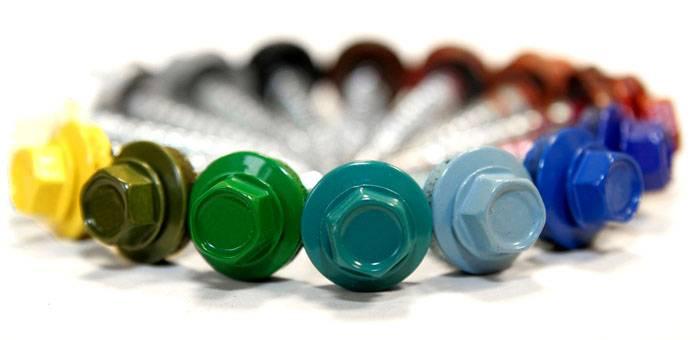 Специальные шурупы с резиновыми шайбами обеспечивают надежное закрепление листов, предотвращают попадание влаги. Цвет можно подобрать в соответствии с декоративным покрытием листа