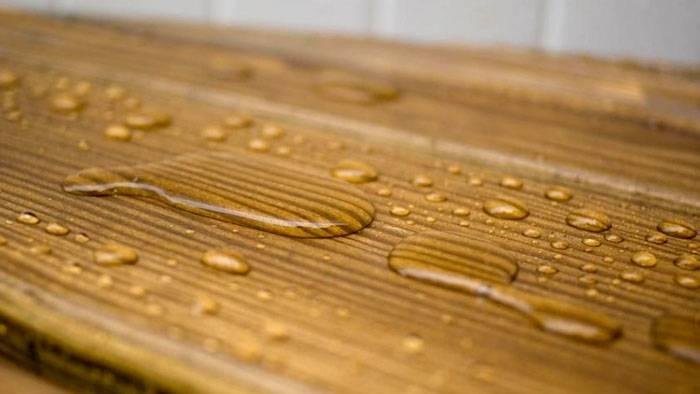 Качественная пропитка не пропускает влагу в структуру изделий из дерева