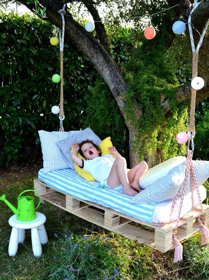 Для маленьких детей из подручных материалов можно создать комфортное спальное место