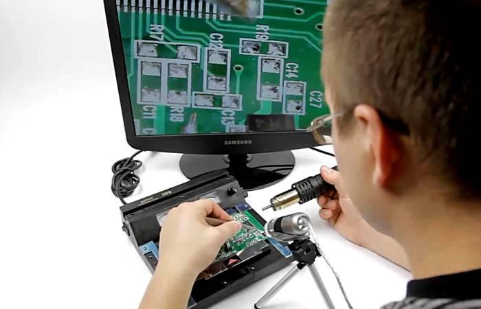 С миниатюрными деталями работать проще с помощью микроскопа и вывода увеличенного изображения на экран компьютера