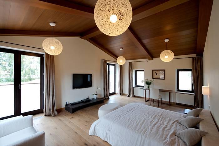 Оформление спальной зоны в мансарде