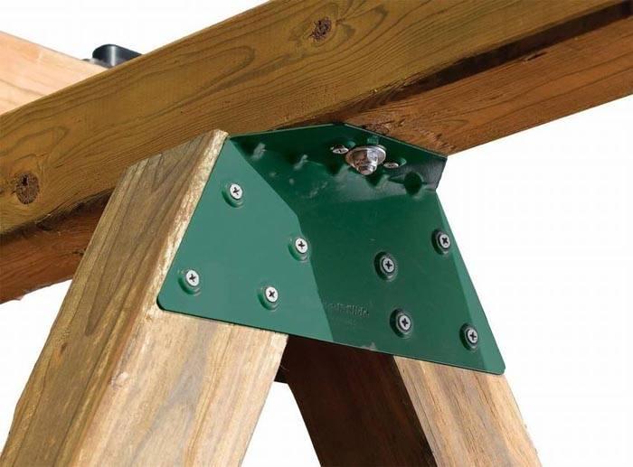 Прочность деревянного каркаса обеспечивает металлический уголок