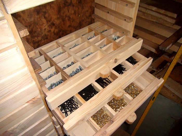 Выдвижные полки с мелкими ячейками для хранения крепежных изделий