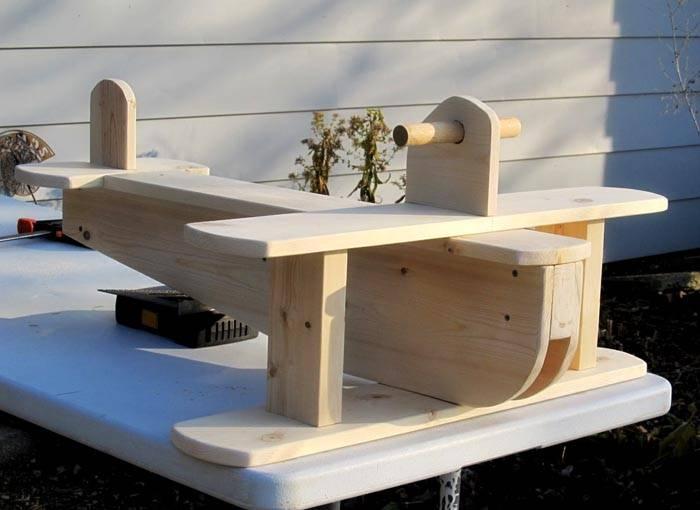 Из дерева не слишком сложно создавать сложные формы: качели самолет