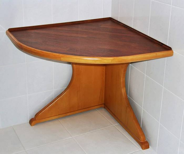 Простой угловой столик