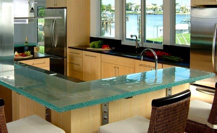 Стеклянный стол по типу барной стойки