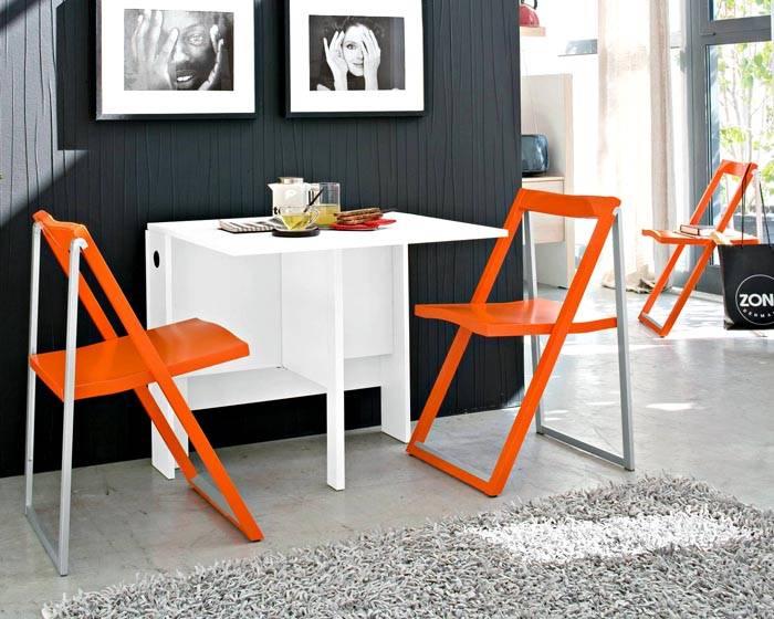 Пластиковый столик со стульями придадут изюм интерьеру
