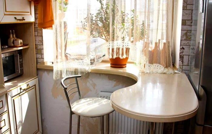 Небольшой компактный стол для индивидуального приема пищи
