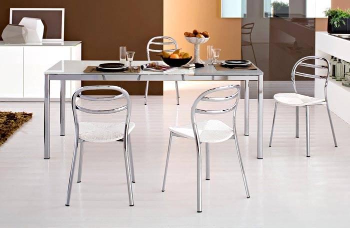 Приятная светлая палитра в сочетании с металлическими стульями