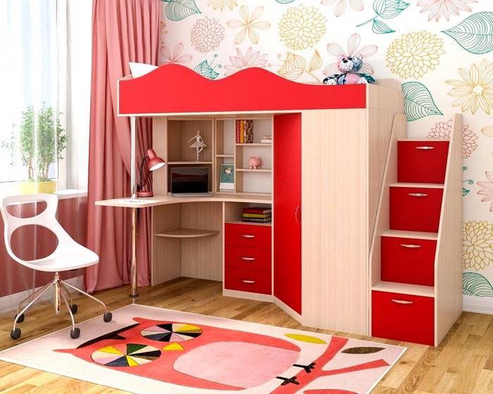 Встроенный шкаф может быть очень вместительным, а дополнительные полки располагаются прямо в лестнице