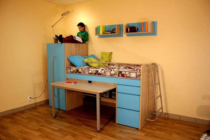 Компактный вариант с выдвижным столом и шкафом