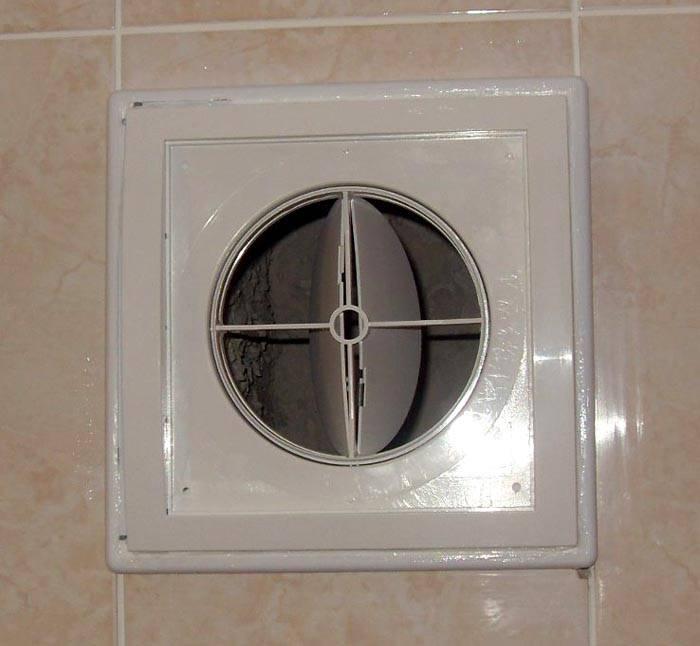 Характеристики пластикового обратного клапана для вентиляции в ванной соответствуют условиям будущей эксплуатации