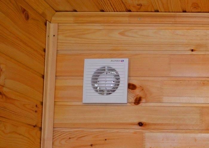 Приобретают модель, которая предназначена для эксплуатации при большой концентрации влаги в атмосфере комнаты