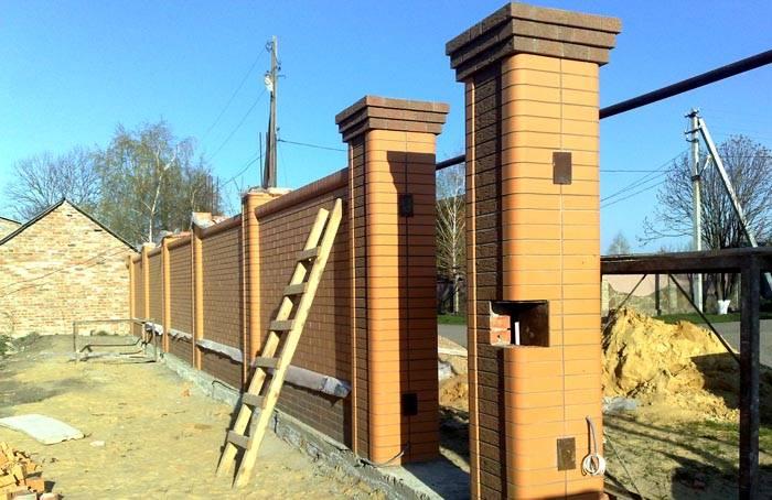 Практически готовый забор из облицовочного кирпича