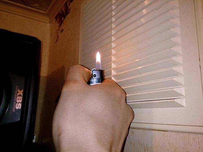 С помощью открытого пламени проверяют действительное состояние тяги. В данном случае – она отсутствует