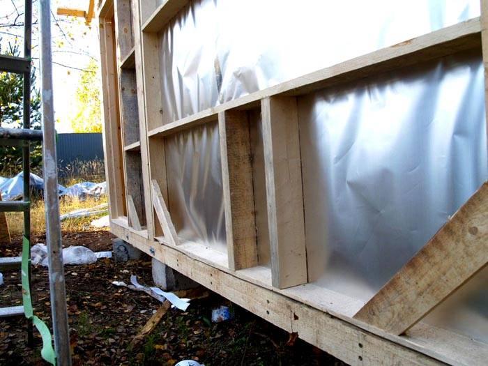 С внутренней стороны стены закрепляют металлическую фольгу. Она отражает инфракрасное излучение внутрь парилки