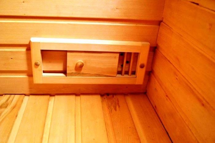 Отверстия вентиляции в бане из сруба можно оснастить подобными сдвижными регуляторами из деревянных деталей