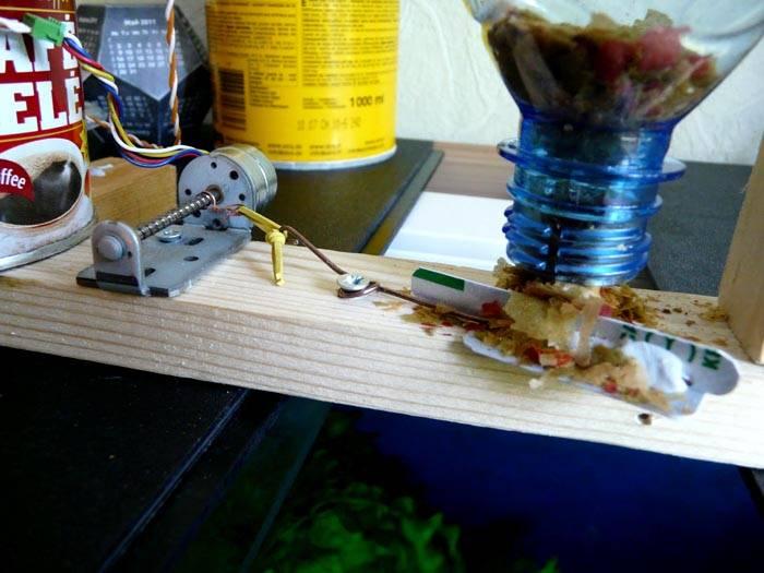 Это приспособление обеспечивает сбрасывание порции корма при включении электрического привода