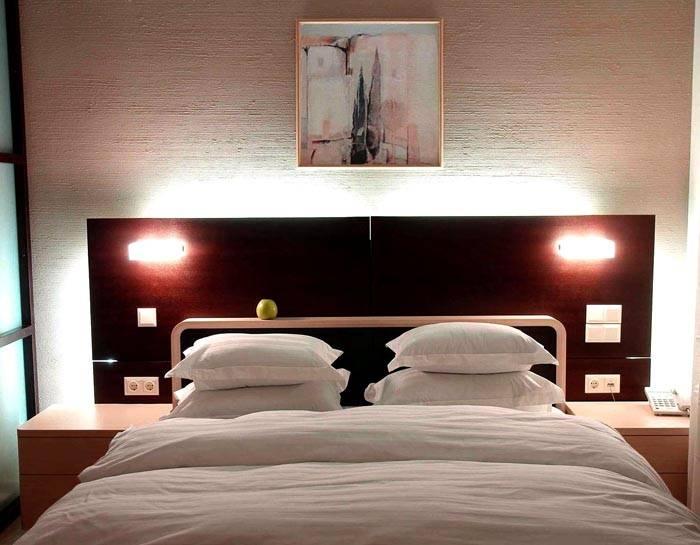 Штукатурка «короед», фотография в квартире, современный интерьер спальной комнаты