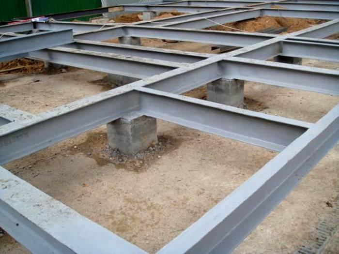 Металлический ростверк на бетонных колоннах