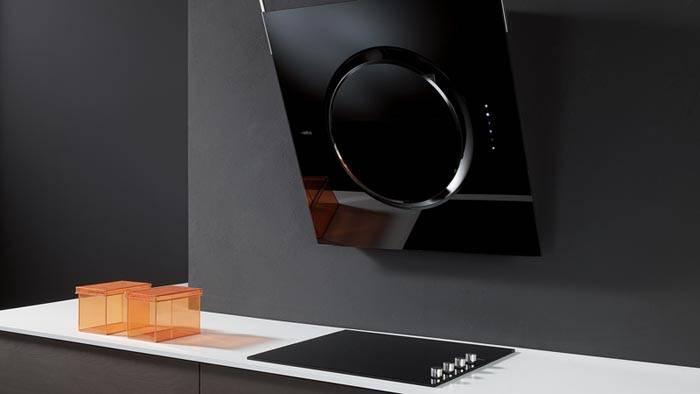 Пример наклонной вытяжки в интерьере кухни