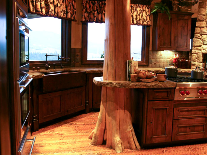 Как правило, в частных домах на кухне не одно, а несколько окон, их умелое оформление придаст интерьеру особую изюминку